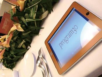 新美容液「プログラム30」のブランドカラ―に彩られたiPad