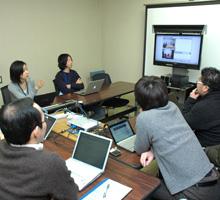渋谷-豊岡工場間で行う定例会。ヤマハ製PJPと『nice to meet youミーティング』が、専用スタンドにモニターと組み込まれている