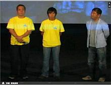 沖縄・桜坂劇場の大城監督(右)と主演の神谷さん(中央)、津波さん(左)