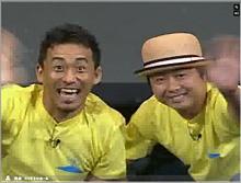 V-CUBE ミーティングを通して沖縄の観客に手を振る渋谷・ヨシモト∞ホールの石田靖さん(左)と河本準一さん