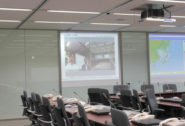 緊急対策本部となる本社内の会議室に映し出されたV-CUBE ミーティングの画面。