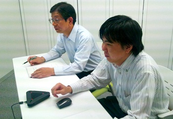 V-CUBE ミーティングを使用される  竹尾氏(左)と瀬戸山氏(右)