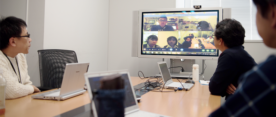 本部の会議室からは複数名のスタッフが参加し、各店舗では事務所スペースからパソコンで接続する形でWeb会議を開催。