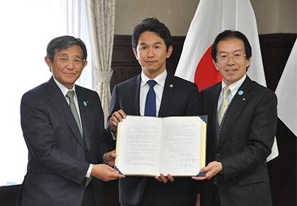 左から、和歌山県仁坂知事、ブイキューブ間下、白浜町井潤町長子