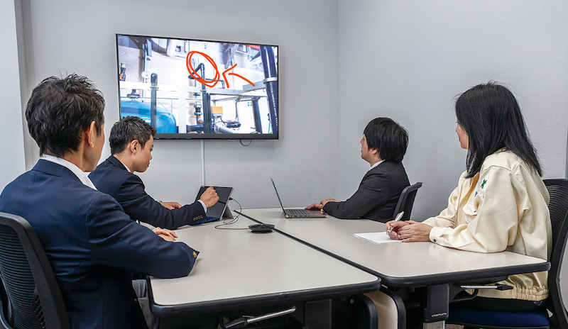 遠隔作業支援ソリューションを用いた現場と本社間のコミュニケーションの様子