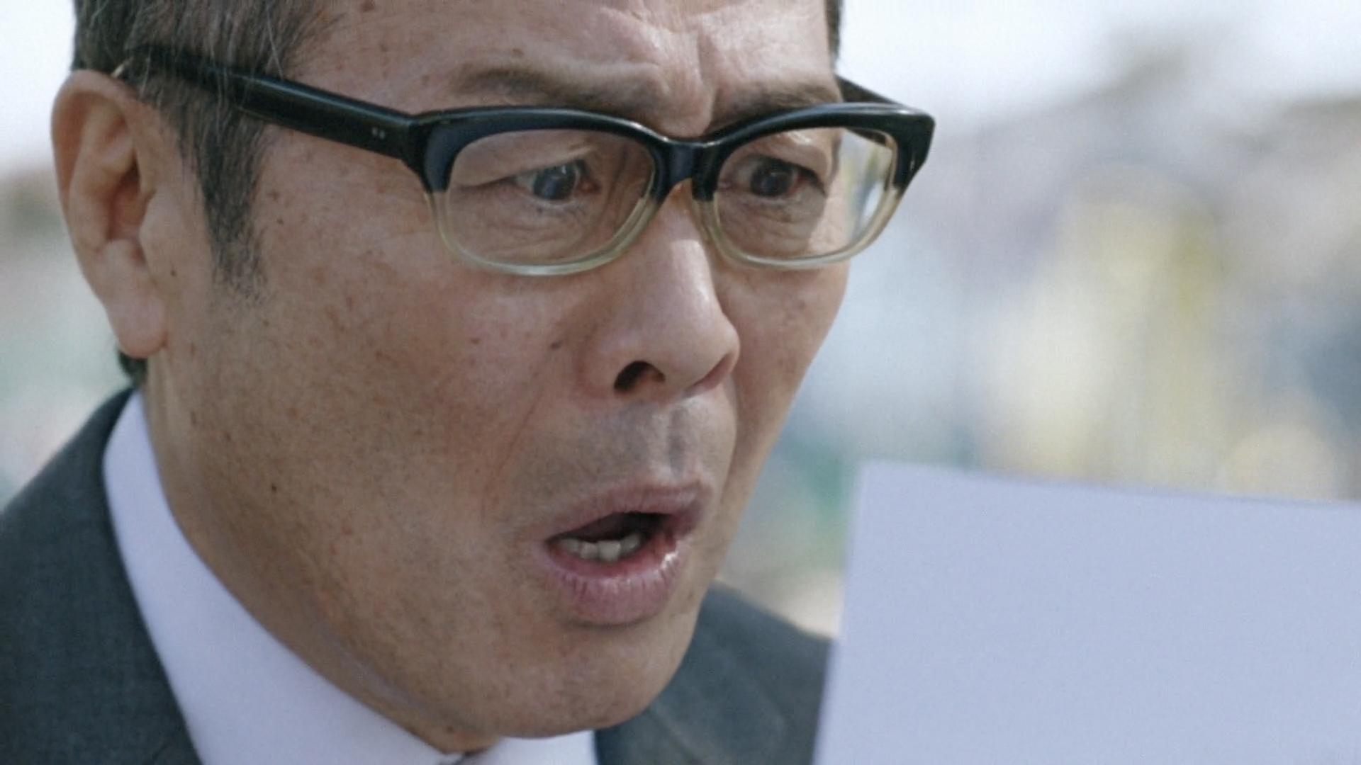上司からボーナスの査定の話をされるが、なぜか、うわの空な部下役の池松さん。