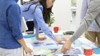 積極的な意見交換を生むテーブルを囲むスタイル
